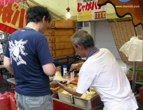 高倉屋のTシャツを着て。お富士さんの植木市にてじゃがバタを買う。