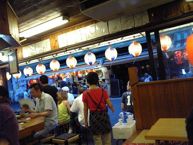 居酒屋浩司の店内からホッピー通りを望む