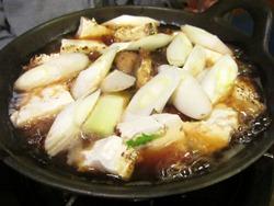 なまずが半分位炊けたら豆腐と葱をいれる