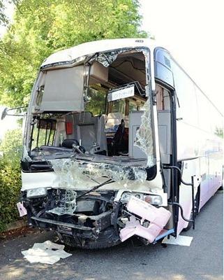 トラックに追突し、現場から白石ICに移されたバス(2日、宮城県白石市で)