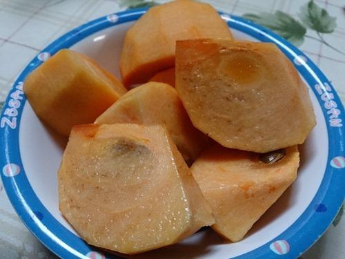 ZOSANと書かれた皿に糸貫の富有柿