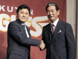 楽天監督に就任し三木谷会長(左)と握手する星野仙一氏=池谷美帆撮影