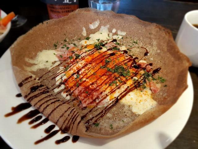 生ハムと卵・2種チーズのそば粉ガレット