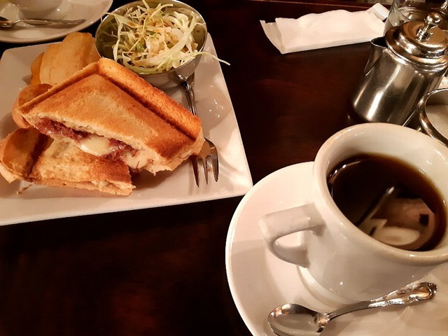 コンビーフのホットサンド&コーヒー