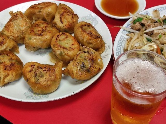 野菜炒めと餃子とビール