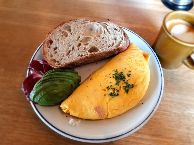 ハム&チーズのオムレツ、ライ麦入りカンバーニュブレッド、アボガド