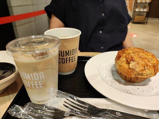 SUMIDA_COFFEEのカフェラテとバナナのマフィン