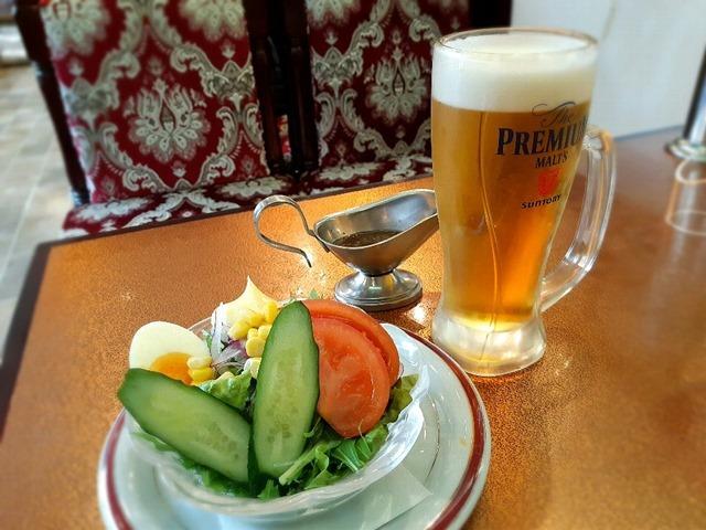 コンビネーションサラダとビール