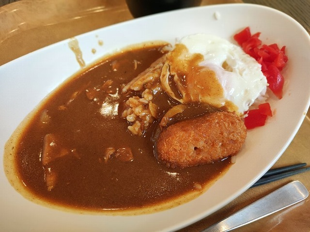 今週のカレー(コロッケ+目玉焼き)