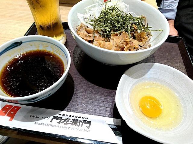 辛肉そばで+ビールでランチ。(てんぷら・そば門左衛門:羽田空港第2旅客ターミナル 3F)