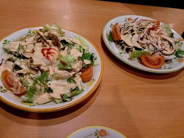 あったかポークと半熟卵のサラダとシーフードサラダ
