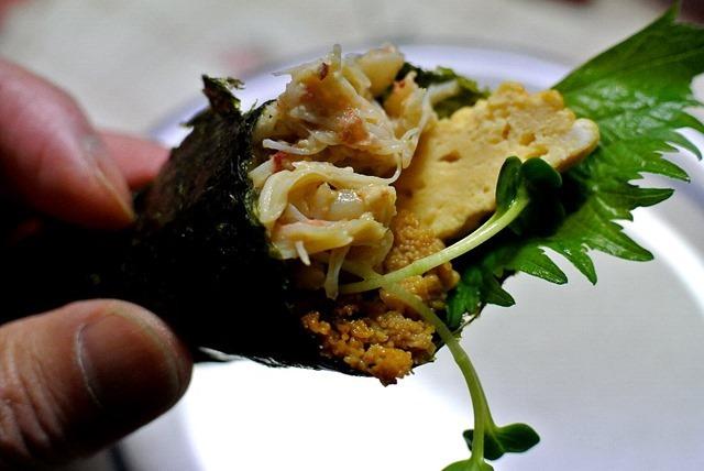 「重茂の焼きウニ」と、「自家製のたまごやき」と、外殻を剥かれた蟹の身で造った寿司