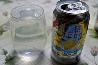氷結ZEROは元々と缶のまま飲むのが正解とされているがあえてコップに移してみた