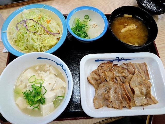 豚バラ焼肉L定食を+50円でライスを湯豆腐に変更する