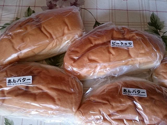 福田パンのあんバター、ピーナッツ、それとコンビーフ(ポテサラ入り)