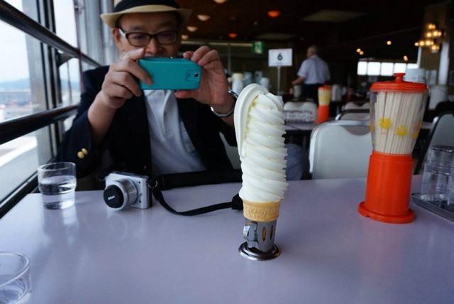 ソフトクリームを撮るあたし(村上氏撮影)