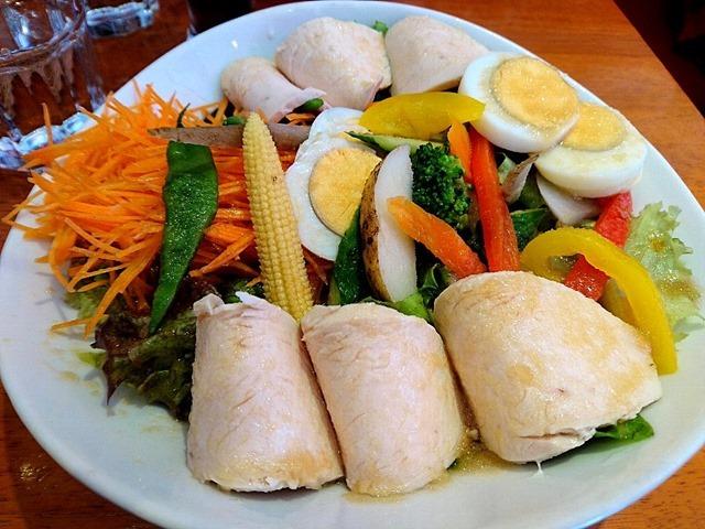 鶏胸肉がフューチャーされたカリスサラダ