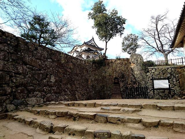 彦根城の天守閣が見える石段