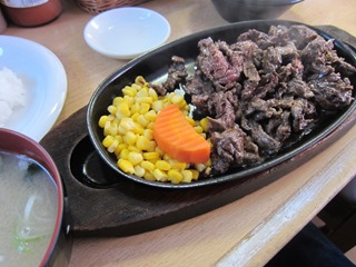 切れはしステーキ 300g 700円 ライス サラダ付き 味噌汁付き