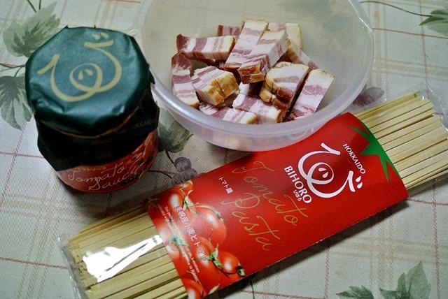 「トマト麺」と「びほろトマトソース」と「ベーコン」