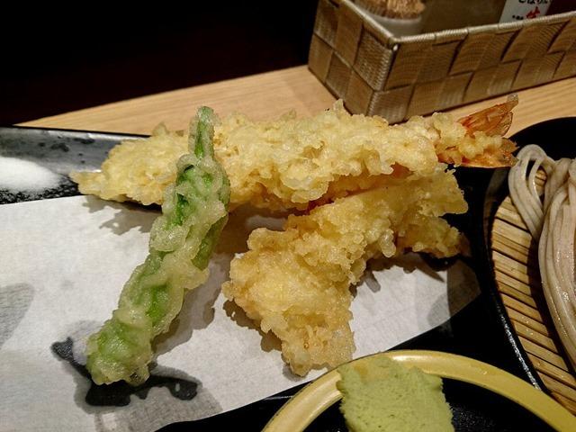 浅草の立ち喰い蕎麦屋の天ぷら。「上天ぷらそば」でランチ。(石臼挽き生蕎麦 本陣:浅草二丁目)