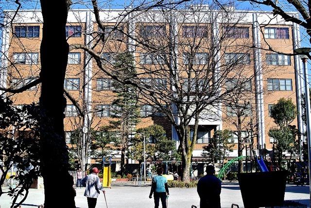 浅草警察署を富士公園から見る