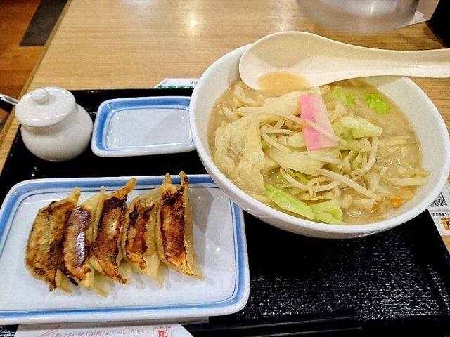 野菜たっぷり食べるスープ(塩味)と餃子