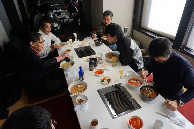 冷麺以外を食べている人が二人いる