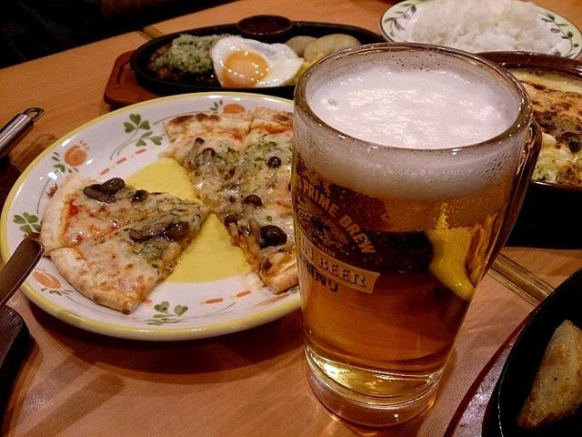 ピザでビールを呑む