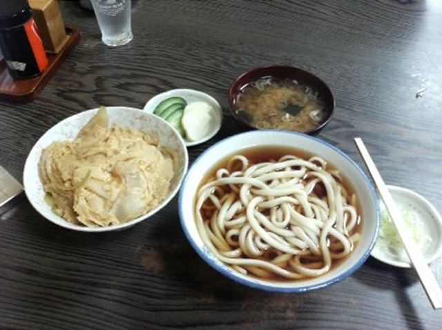 名古屋うどんのかけうどんとたまご丼のセット